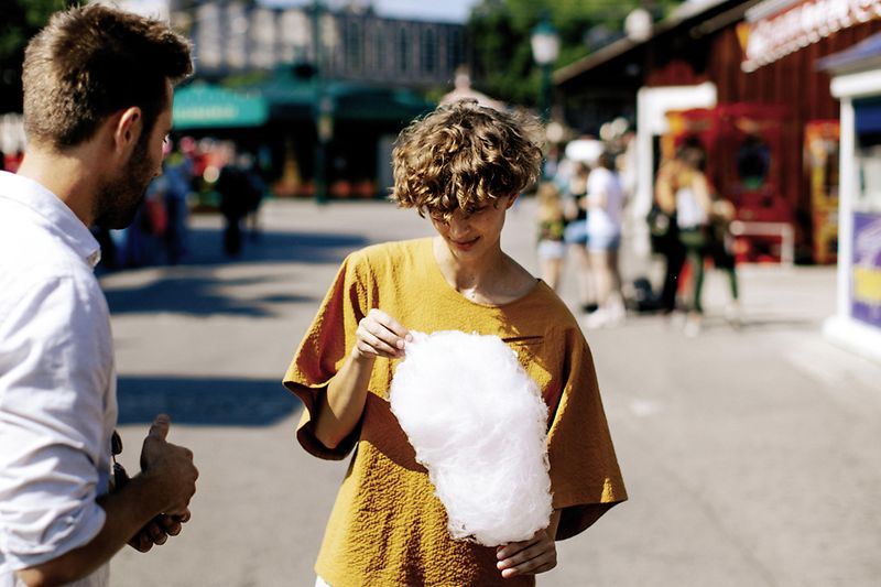 Prater: young woman eating cotton candy